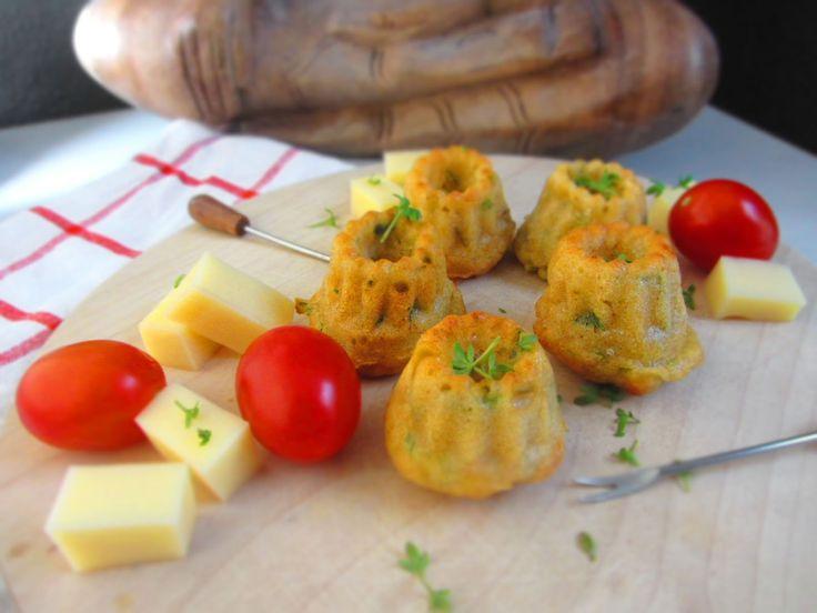 Herzhafte Minigugelhupfs mit Käse und Frühlingszwiebeln