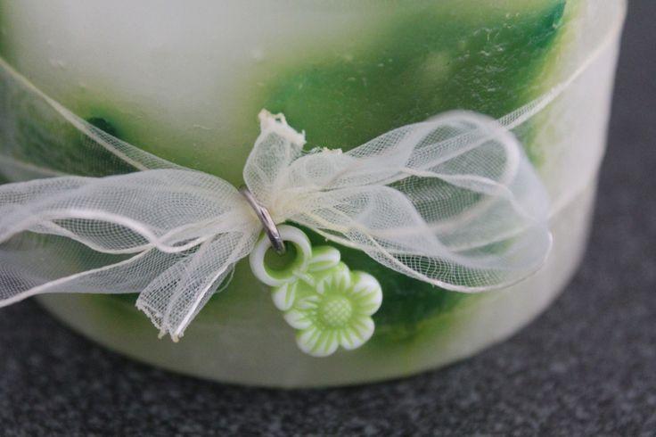https://flic.kr/p/y1nivX | SCATOLA MARMORIZZATA – REALIZZATA IN CERA | Scatola tonda marmorizzata, nei colori verde e giallo; decorata con un nastrino bianco trasparente chiuso a fiocco e un fiorellino verde chiaro in plastica; al profumo 100% naturale di lavanda. Diametro: 80 mm.  Oggetto artigianale, realizzato in cera.  Per saperne di più visita il sito:  www.ilmiomondoincera.com