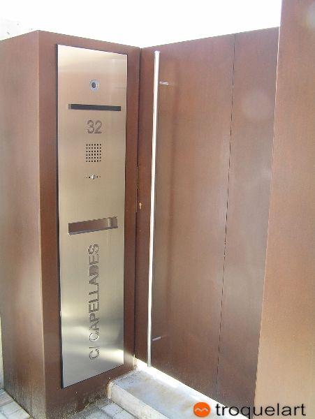 Peana-Buzón, Video portero a medida de acero inoxidable para empresa u oficinas.  1,7m de altura con frontal personalizable en funciones de las necesidades de cada tipo de instalación.