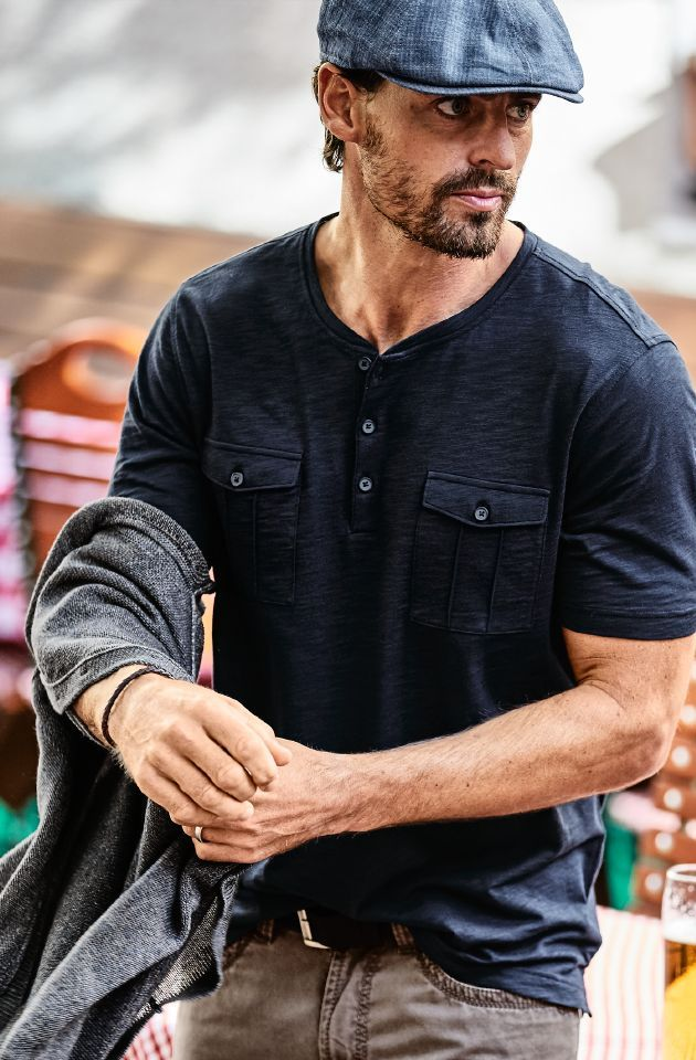 BUCHEN-SHIRT. #shirt #men Das leichte Shirt ist zur Hälfte aus #Modal: strapazierfähig, glatt, saugfähig. Modal wird aus Buchenholz gewonnen. Zusammen mit gekämmter #Baumwolle - #atmungsaktiv und angenehm auf der Haut - wird daraus ein Shirt mit bestem Tragekomfort. Die knöpfbare Leiste ist modisch vom Henley-Shirt abgeguckt. Mit zwei praktischen Brusttaschen. Blaustoff #Schiebermütze. www.mey-edlich.de