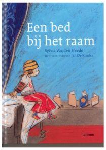 Wat zeg je tegen een kind als je voor altijd afscheid moet nemen van iemand van wie je houdt? Wat zijn de woorden om te vertellen dat een moeder, vader, … op sterven ligt? Dit thema probeert het boek 'Een bed bij het raam' bespreekbaar te maken.