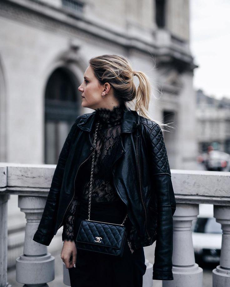 Schwarzes Spitzentop, Lederjacke, Chanel Crossbody Tasche