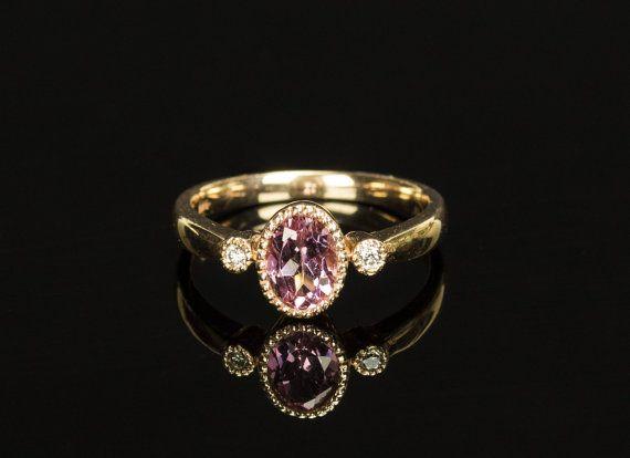Dit is een werkelijk prachtige en vrouwelijke 14ct rose gouden ring, instellen met een sparkly Ovaal roze amethist in het centrum van ca. 0,5 ct en 2 glanzende natuurlijke witte diamanten. Fotos en woorden niet te beschrijven hoe mooi deze ring is met haar zeer klassiek en stijlvol design. Deze prachtige ring zou maken een perfecte gift voor Kerstmis, Valentijnsdag of een verjaardag. Het zou ook het maken van een prachtige verlovingsring.  Dit wordt aangeboden in een topconditie met geen…