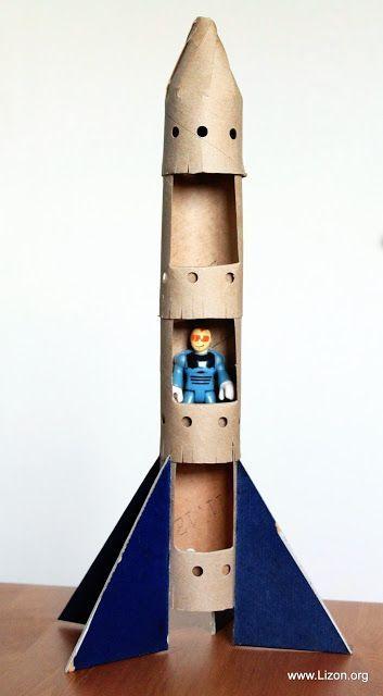 Eine Rakete aus Klopapierrollen basteln.