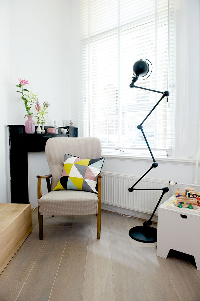 J'adore! Manteau de cheminée en marbre noir, fauteuil fifties avec coussin géométrique assorti aux vases roses Bloesem Living | Get Your Kicks on