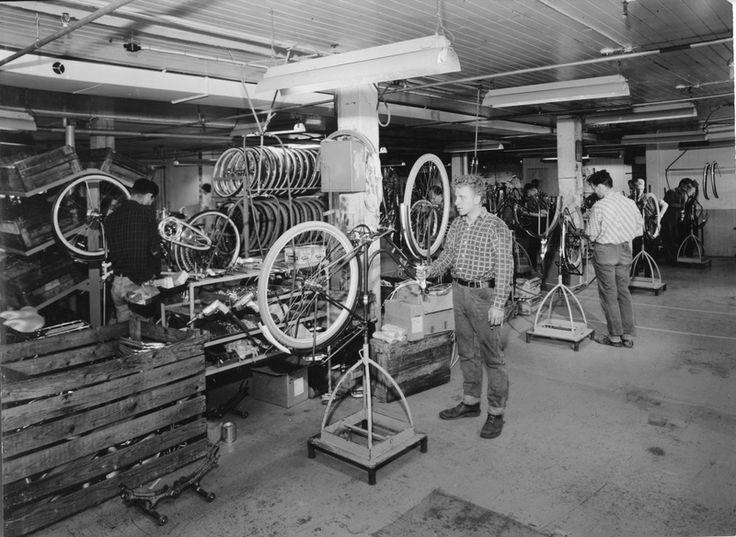 Sykkelferdigmontering i monteringsavdelingen i sykkelfabrikken til Jonas Øglænd AS i Solaveien | Ludvigsen, Ludvig