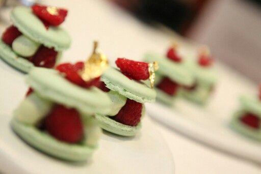 Macaron à la pistache, framboises fraîches, confiture et pétales de rose grecques confites au sucre. Création Gilles Marchal
