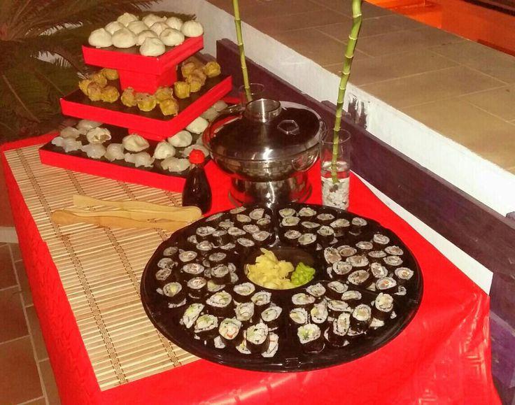 FIESTA-CENA ORIENTAL Mesa bufé de sushi y pagoda de dumplings (hecha con corcho blanco, cinta aislante roja y aironfix negro) ...qué triunfo, aguntó súper bien el calor!