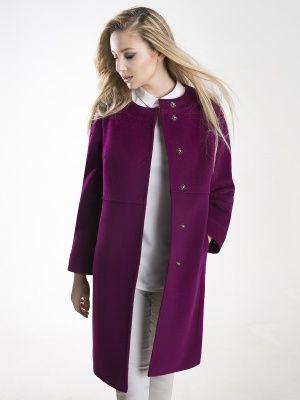 Трендовое маленькое пальто прямого силуэта, выполненное из мягкой ворсовой ткани. Пальто имеет втачной рукав длинной 7/8, плосколежащую стойку, карманы в рельефах и застежку на пришивные кнопки. Оригинальность модели придает горизонтальный подрез. Декорировано тамбурным швом. Прекрасное пальто для городских будней. , арт. 3016740p00017, состав: Основная ткань: шерсть 95 %, нейлон 5 %;Подкладка: полиэстер 55 %, вискоза 45 %;