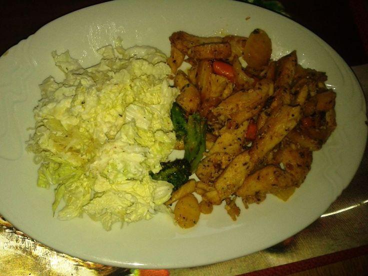 Zvířátkový den - kuřecí nudličky se zeleninou a salát z čínského zelí a nastrouhaného celeru,,zálivka jogurtová s česnekem,,salát.kořením a trochu octa.