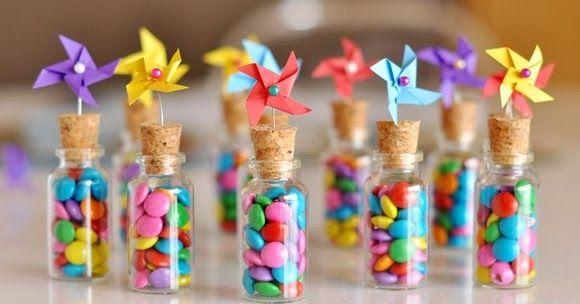 Μια ξεχωριστή πρόταση για πάρτι γενεθλίων και βάπτιση, είναι να γεμίσετε γυάλινα ή πλαστικά μπουκαλάκια/φιαλίδια με καραμέλες τοποθετώντα...