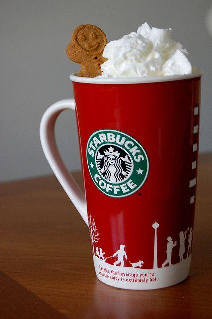 Tomarse algo en el Starbucks en las tazas de Navidad :)
