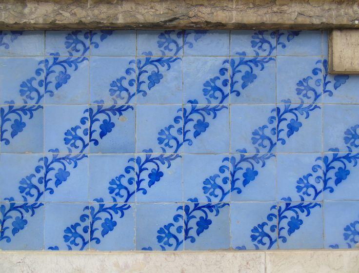 Lisboa   Avenida Almirante Reis   Fachada / Façade   final séc. XIX / end 19th century #Azulejo #AzulejoDoMês #AzulejoOfTheMonth #Flores #Flowers #Lisboa #Lisbon #Padrão #Pattern