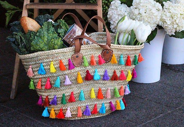 DIY bolso capazo de rafia customizado con borlas de colores hechas por ti mismo.