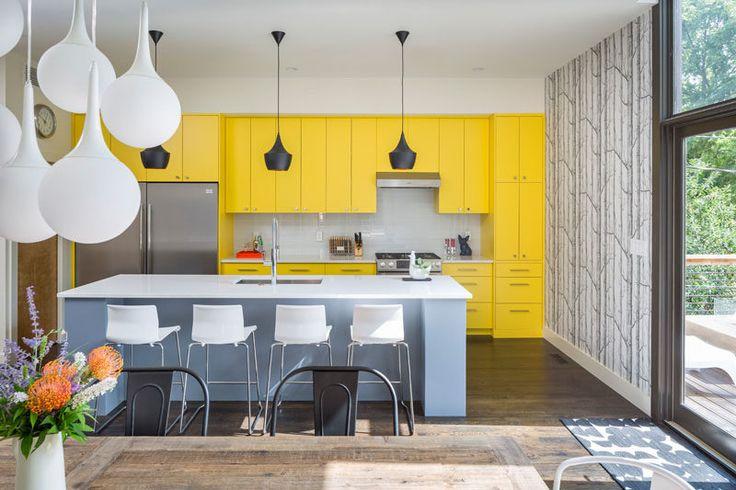 Палитра профиля - желтый, серый и белый Интерьеры // Ярко-желтые шкафы делают смелое заявление в этой кухне посыпали белым и серым, чтобы держать желтый от вычурности.