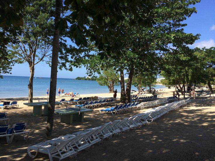 Het uitgebreide strand van het clubhotel Riu Negril