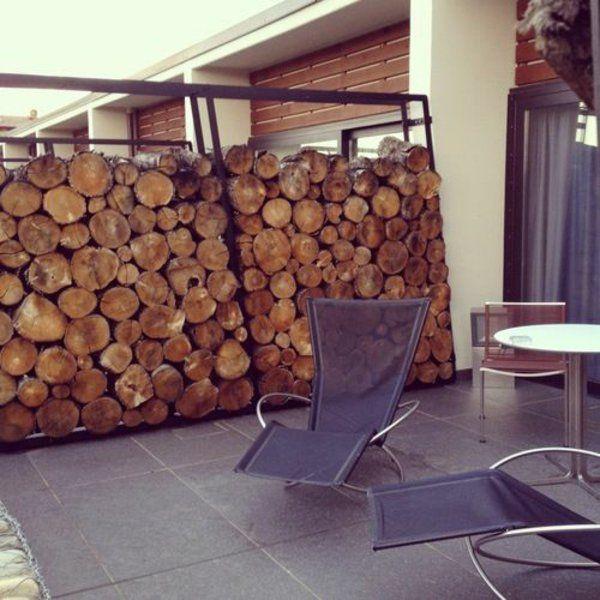 terrassengestaltung balkon seitensichtschutz baumstamm gartenmöbel