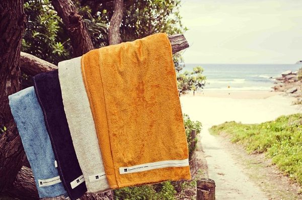 A large bamboo/cotton towel that measures an enormous 150cm x 180 cm and features luxurious bamboo velour on one side and terry loops on the other. A nifty hidden stash pocket will keep your valuables out of sight and sand-free.
