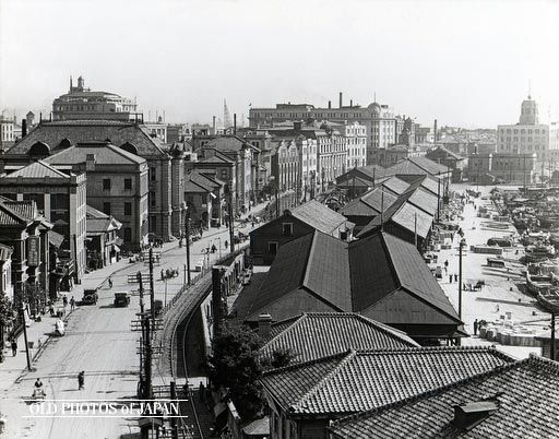 The Kobe Bund in 1930 (Showa 5) lined with the offices of steamship companies and trading houses. The tall building in the back with the rounded ornament on the corner is the office of Osaka Shosen Kaisha, a major Osaka-based steamship line. It is one of the only buildings on this photo that still stands today.