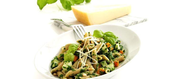 Fuldkornspasta med spinat, rodfrugt, pinjekerner og parmasanost. Dejlig pastaret til forkosten eller aftensmaden. Klik her og se opskriften
