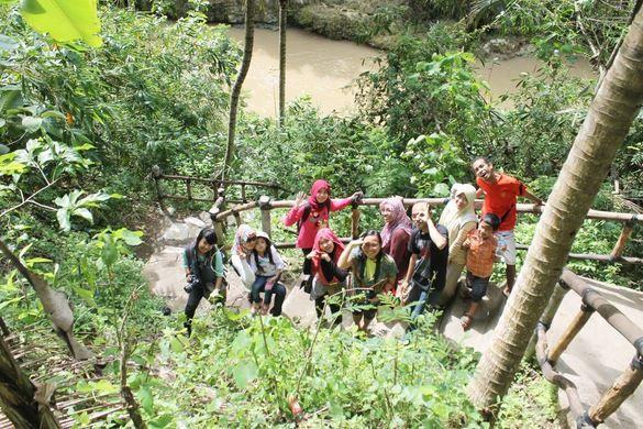 Selfi di alam sekitar Air Terjun Sri Gethuk