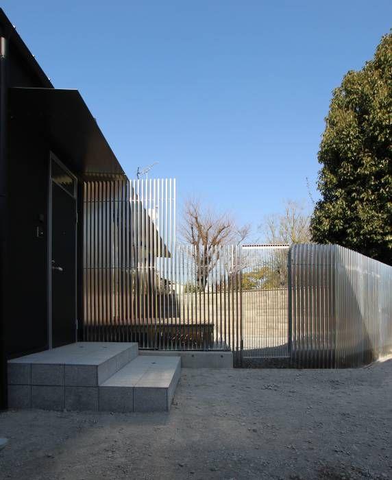 ファサード 亜鉛メッキの目隠しパイプ: ATS造家設計事務所が手掛けたtranslation missing: jp.style.家.modern家です。