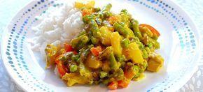 Kip kerrie met rijst, sperziebonen, doperwtjes en ananas. Kookidee.nl