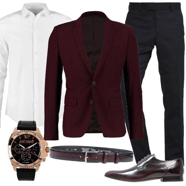 Outfit elegante ma informale, perfetto per una cerimonia. Giacca burgundy dalla vestibilità stretta, pantaloni black e camicia white. Completo il look con stringate bordeaux con lacci in contrasto, cintura sempre bordeaux e orologio Just Cavalli.