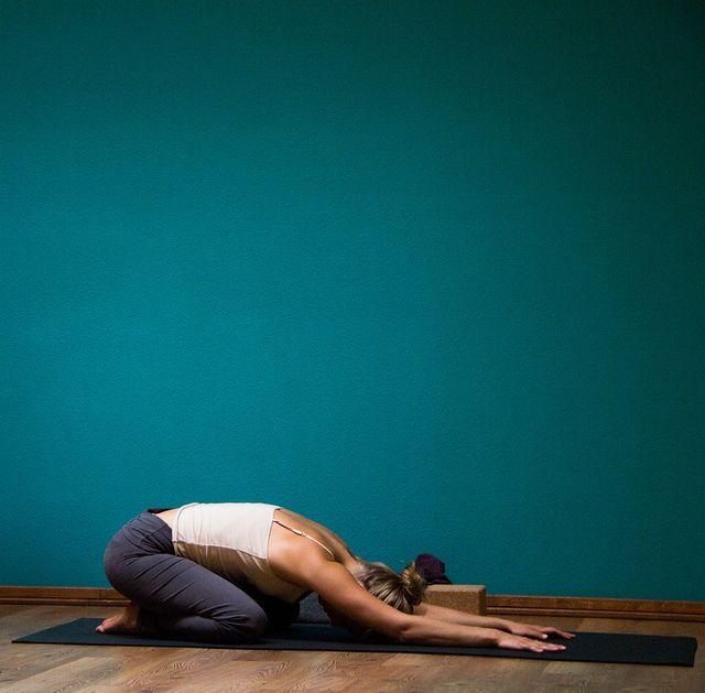 Impariamo 5 semplici posizioni yoga praticabili anche da chi è alle prime armi, ideali per avvicinarsi con facilità al mondo dello yoga.