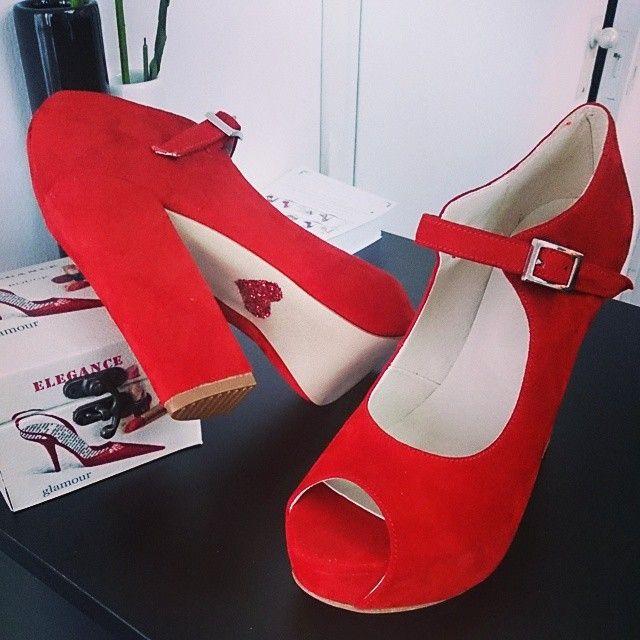 Modelo Guadalupe en Cabritilla Rojo y Corazon de Glitter rojo
