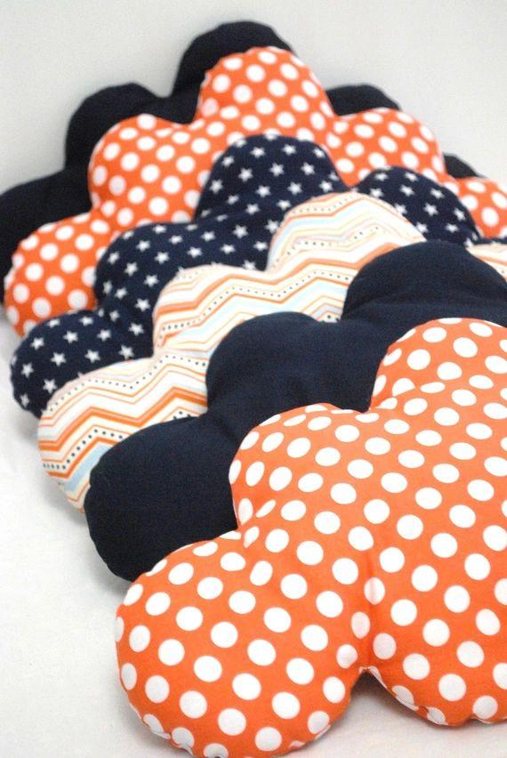 Découvrez Esprit vintage pour ce tour de lit bébé évolutif, en forme de nuages et aux couleurs pep's sur alittleMarket