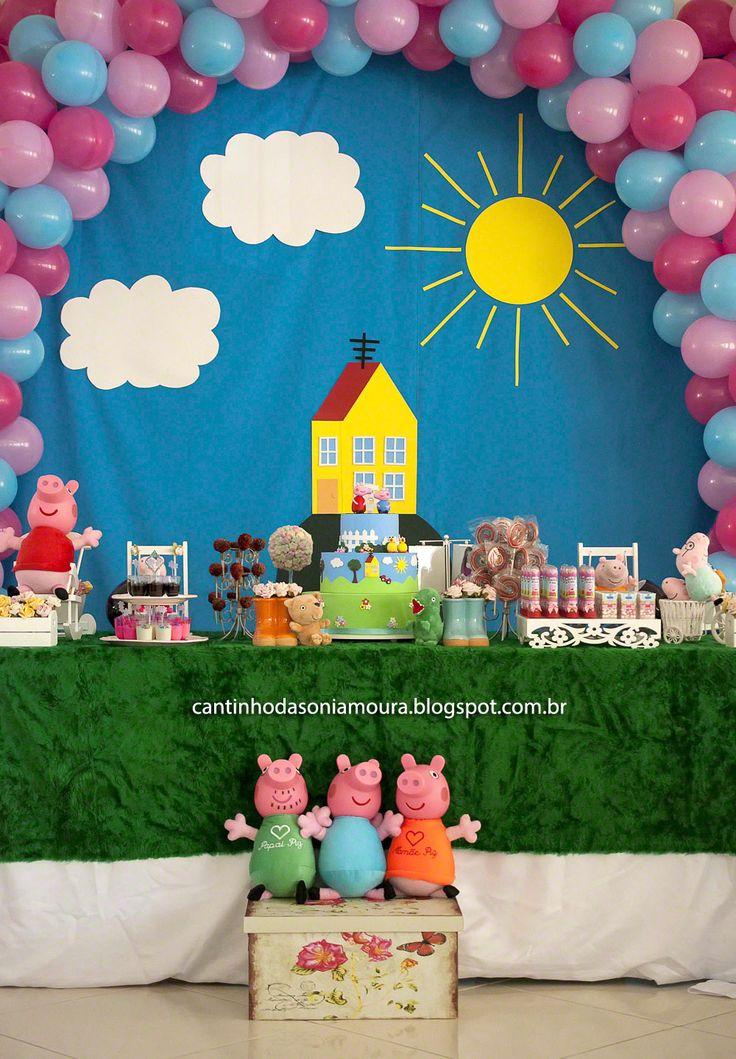 Esta foi a decoração que fiz para o aniversário de 5 anos da minha filha Beatriz tema Peppa Pig.    Para o painel coloquei um tecido azul, ...