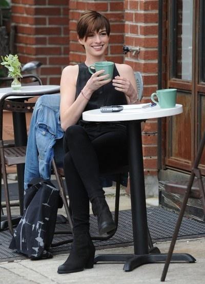 Coffee : Anne Hathaway  http://legjobbkave.hu/igy-kaveznak-a-sztarok/