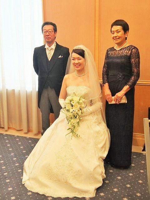恵比寿のウエスティンホテル東京にて、お一人娘の結婚式を迎えられた新婦のお母様。 〜*〜*〜*〜*〜*〜*〜*〜*〜*〜*〜*〜*〜*〜*〜*〜*〜*〜*〜* 新郎のお母様と相談し、私達も食べて飲めるようにドレスにすることにしました。 直前までハワイに出かけていたので、アクササリーやバックもすべてお借りし、 前日に届けていただいたので慌てることなく当日を迎えることができました。 披露宴ではお客様の挨拶周りも無事終了し、全てのお料理をおいしく頂きました。 披露宴後の2次会でも着ましたが、苦しくもなく、身も引き締まり良かったです。 お客様からも「素敵・・・」とお褒めの言葉をいただきました。 また、翌日の返却も簡単でした。 親は様々な雑用がありますので、衣装の煩わしさがないのは本当に助かります。 今後、お友達にもお勧めしようと思っています。」 〜*〜*〜*〜*〜*〜*〜*〜*〜*〜*〜*〜*〜*〜*〜*〜*〜*〜*〜* という、うれしいお便りをいただきました。H様ありがとうございます。 ご夫婦の何気ない一枚も、フォーマルドレスとモーニング姿で絵になりますね!…