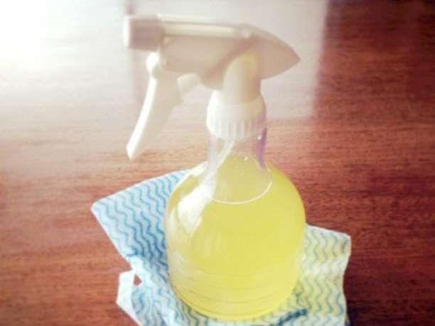 Το καταπληκτικό αυτό καθαριστικό χρειάζεται μόνο δύο συστατικά- φλούδες λεμονιού και ξύδι! Ο συνδυασμός των δύο δημιουργεί ένα σπρέι που καταπολεμά την δύσκολη βρωμιά, αφήνοντας ένα υπέροχο άρωμα.  Θα χρειαστείτε: 2 κούπες φλούδες λεμονιού και, αν θέλετε και πορτοκαλιού Ένα μεγάλο βάζο που κλείν