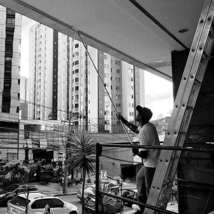 Per dipingere una parete grande ci vuole un pennello grande? #brazil #minasgerais #streetphotography #iphoneography #black #blackandwhite #white #instablackandwhite #igersstreetphotography