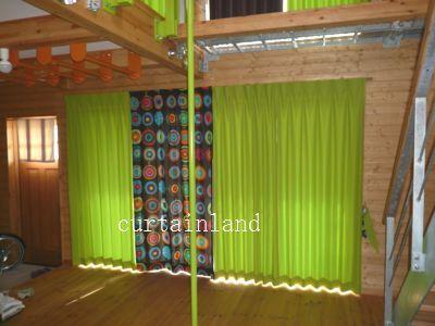 1枚の大きな窓を4分割で カーテンに。 北欧柄1枚+家の中に使われているグリーン3枚。