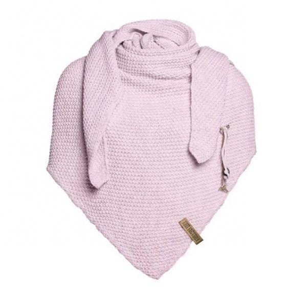 Heerlijk warme omslagdoek van Knitfactory (de grote zus van Baby's Only). Door de handige driehoek is deze oversized sjaal op meerdere manieren te dragen. Met deze grote, gebreide driehoek sjaal of poncho maakt u uw outfit helemaal af. De Coco Omslagdoek is voorzien van het kenmerkende stoere leren Knit Factory label en een kiltspeld met … Continued