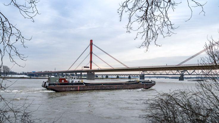 Beeckerwerther Brücke bzw. Rheinbrücke Emscherschnellweg in Duisburg Baerl
