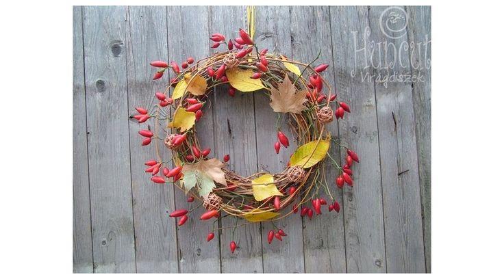 Rosehip wreath with leaves / Őszi ajtódisz dekoráció csipkebogyó ágakkal