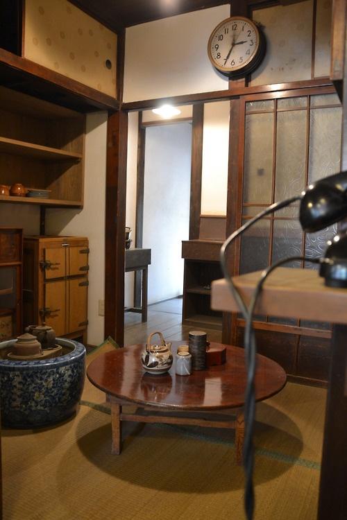 Japanese old room。折り畳み式の円卓、火鉢、氷で冷やす冷蔵庫。