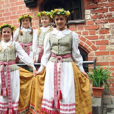 Fajas tejidas son una parte del traje típico lituano, las cintas coinciden con el patrón de bordado en sus delantales, las mujeres vestidas así generalmente usan dos trenzas.