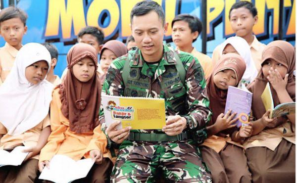 Jakarta, Obsessionnews.com – Ayah dan anak sama-sama berhobi membaca. Presiden keenam RI yang juga Ketua Umum DPP Partai Demokrat Susilo Bambang Yudhoyono (SBY) dikenal sebagai kutu buku alias gemar