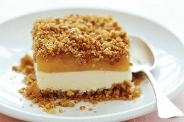 Impress your family with this delicious caramel crumble that has a creamy, cold surprise.