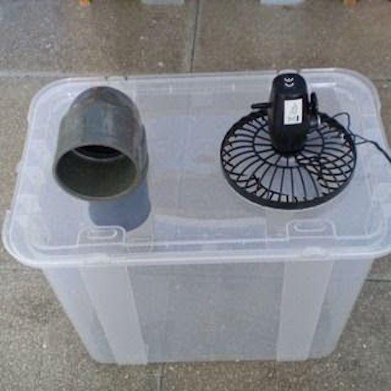 Fixez un ventilateur et un tuyau à une boîte plastique pour faire un climatiseur !