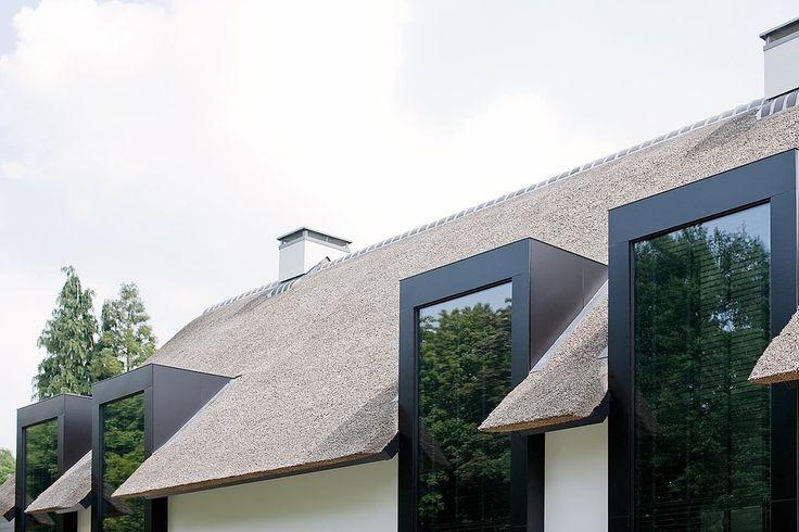 Dakkapel van mooi materiaal in combinatie met riet en licht stucwerk