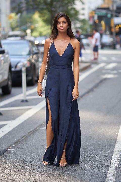 Pura elegancia la de Sara Sampaio con este maxivestido azul de tirantes de The Jet Set Diaries, sandalias metalizadas y bolso con cadena de Chanel.