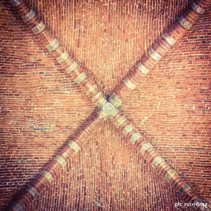 L'architettura non è un'arte, perché qualsiasi cosa serve ad uno scopo va esclusa dalla sfera delle arti. [Ornamento e delitto, A. Loos] #architecture #quote #design #Project #mattone #pietra #Stone #Arco #volta #costoloni #luce #light #philosophy  #architecture #architect #photo #fotografoitaliano #ruiroma