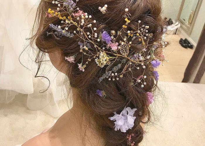 小枝アクセサリーのワイヤーに お花を絡めるのが可愛すぎる