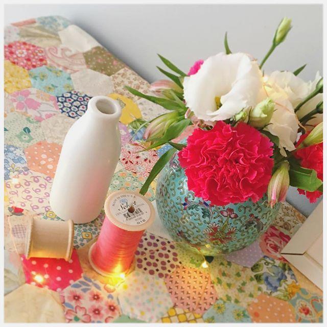 Still enjoying these blooms #flora #flowers #bloom #instadaily #patchworkquilt #patchwork #quilt #hexagon #hexies #EPP #styling